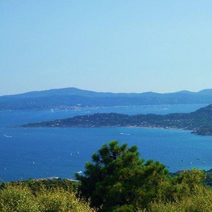 Top-Blick auf Sainte Maxime, Saint Tropez und das offene Meer