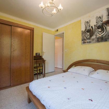 3. Schlafzimmer mit Doppelbett, Schreibtisch, Kleiderschrank und Ventilator