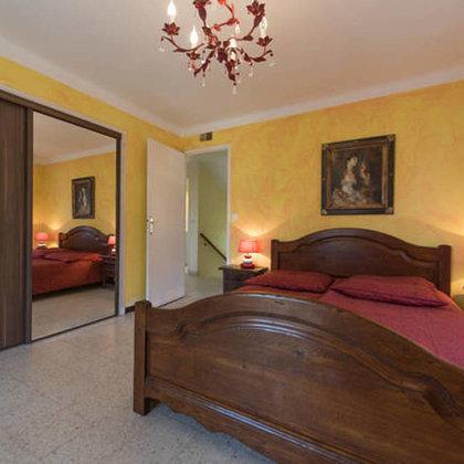 1. Schlafzimmer mit Klimaanlage,Schreibtisch, Einbauschrank mit Schiebetüren, Balkon.